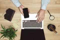 Бизнесмен работая с компьтер-книжкой, smartphone и дневником на месте для работы Стоковая Фотография RF