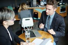 Бизнесмен работая с клиентом в банке Стоковая Фотография RF