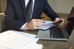 Бизнесмен работая с документацией на рабочем месте Стоковое фото RF