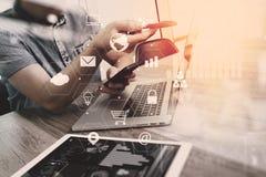 бизнесмен работая с умными телефоном и книгой и документом на wo Стоковые Изображения