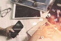 бизнесмен работая с умными телефоном и книгой и документом на wo Стоковые Фотографии RF