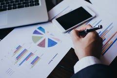 Бизнесмен работая с финансовыми данными - ручка в руке стоковое фото rf