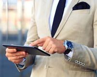 Бизнесмен работая с цифровой таблеткой Стоковое фото RF