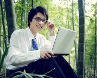Бизнесмен работая Outdoors концепция природы Стоковое Изображение RF