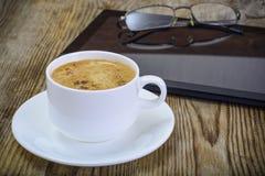 Бизнесмен рабочего места: компьтер-книжка, кофе и солнечные очки Стоковые Фотографии RF