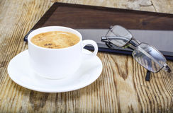 Бизнесмен рабочего места: компьтер-книжка, кофе и солнечные очки Стоковые Изображения