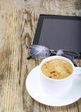 Бизнесмен рабочего места: компьтер-книжка, кофе и солнечные очки Стоковые Изображения RF