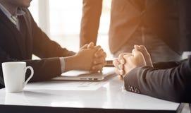Бизнесмен разговаривая с коллегами о финансах и успехе  Стоковые Фото