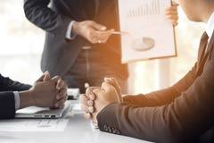 Бизнесмен разговаривая с коллегами о финансах и успехе  Стоковая Фотография