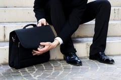 Бизнесмен раскрывает сумку стоковые изображения rf
