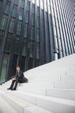 бизнесмен распологая лестницы Стоковое Изображение