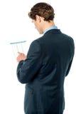 Бизнесмен рассматривая бизнес-отчет Стоковое Изображение RF