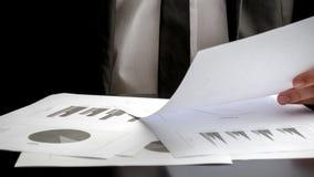 Бизнесмен рассматривая важные документы Стоковое Изображение RF