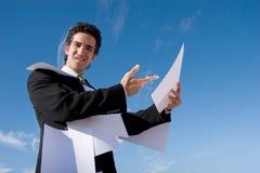 бизнесмен рассматривая обработка документов Стоковые Изображения