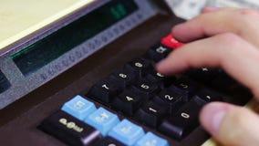 Бизнесмен рассчитывать старый калькулятор видеоматериал