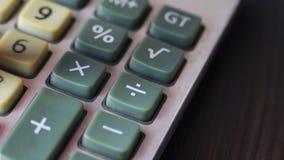 Бизнесмен рассчитывать старый конец калькулятора вверх сток-видео