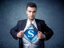 Бизнесмен рвя с его рубашки с знаком супергероя Стоковая Фотография RF