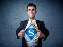 Бизнесмен рвя с его рубашки с знаком супергероя Стоковое Изображение RF