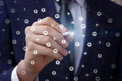 Бизнесмен рисует сеть на виртуальном экране Стоковые Фото