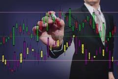 Бизнесмен рисуя диаграмму запаса стоковые изображения rf