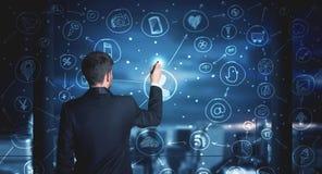 Бизнесмен рисуя социальную схему соединения средств массовой информации Стоковые Фотографии RF