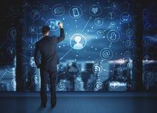 Бизнесмен рисуя социальную схему соединения средств массовой информации Стоковое Изображение RF
