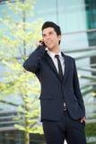 Бизнесмен связывая на мобильном телефоне outdoors Стоковое Изображение RF