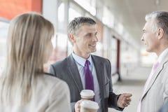Бизнесмен связывая с коллегами на железнодорожной платформе Стоковое Изображение RF