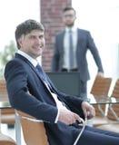 Бизнесмен сидя в пустом конференц-зале Стоковое Изображение