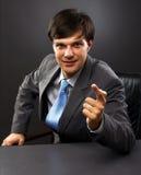 Бизнесмен сидя за его столом Стоковая Фотография RF