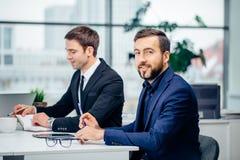 Бизнесмен сидя на деловой встрече Стоковое Фото