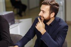 Бизнесмен сидя на деловой встрече Стоковая Фотография RF
