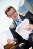 Бизнесмен сидя на парке Стоковые Фотографии RF