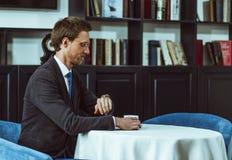 Бизнесмен сидя на ресторане Стоковое фото RF