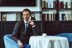 Бизнесмен сидя на ресторане Стоковое Изображение RF