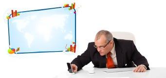 Бизнесмен сидя на столе с космосом экземпляра Стоковая Фотография