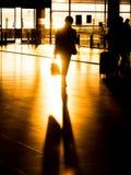 Бизнесмен силуэта в авиапорте подготавливая для отклонения Стоковое фото RF