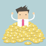 Бизнесмен сидя в куче золотых монеток иллюстрация вектора