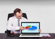 Бизнесмен сидя в офисе Стоковые Изображения RF