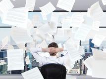Бизнесмен сидя в офисе стоковое фото rf