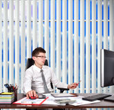 Бизнесмен сидя в офисе Стоковое Изображение RF