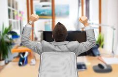 Бизнесмен сидя в стуле офиса от задней части Стоковые Фото