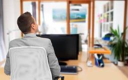Бизнесмен сидя в стуле офиса от задней части Стоковая Фотография