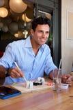 Бизнесмен сидя на ресторане есть суши Стоковая Фотография