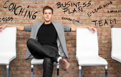 Бизнесмен сидя на стуле офиса Стоковые Фотографии RF