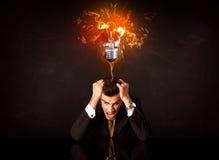 Бизнесмен сидя под дуя шариком идеи стоковое изображение rf