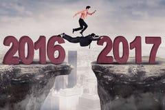 Бизнесмен скача на достигаемость 2017 зазора Стоковое Изображение