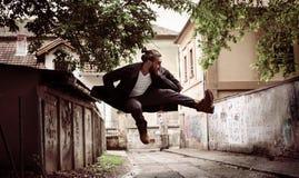 Бизнесмен скача на улицу самостоятельно стоковые фотографии rf