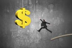 Бизнесмен скача от деревянной доски к золотому знаку доллара Стоковые Фотографии RF