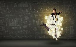 Бизнесмен скача с облаком печатного документа Стоковые Изображения RF